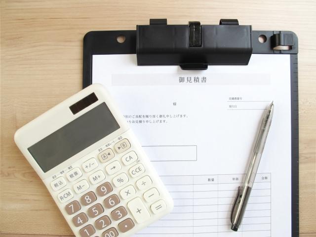 結婚相談所の料金体験の書類とペン